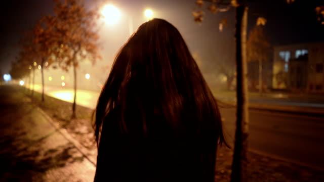angst vor nachtnebel - verkehrsweg für fußgänger stock-videos und b-roll-filmmaterial