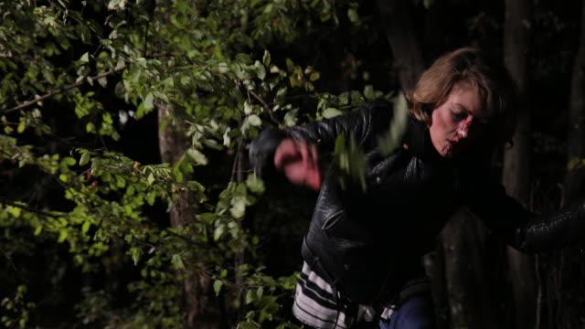 vidéos et rushes de peur des femme qui court du danger - évasion