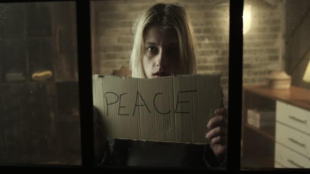 Bang van jonge vrouwen houden van vrede bestuur