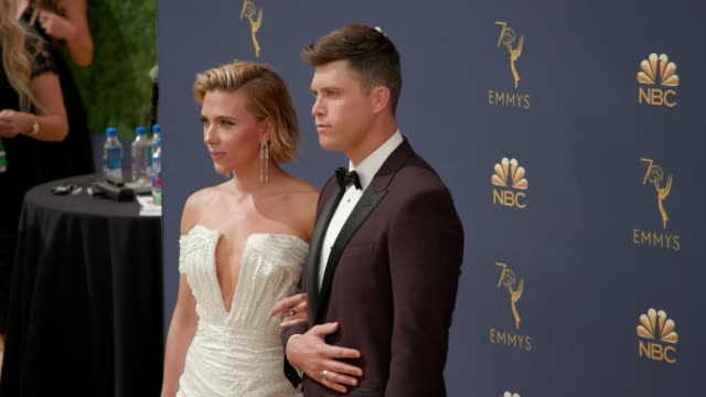 vídeos de stock, filmes e b-roll de scarlett johansson and colin jost at the 70th emmy awards arrivals at microsoft theater on september 17 2018 in los angeles california - 70th annual primetime emmy awards