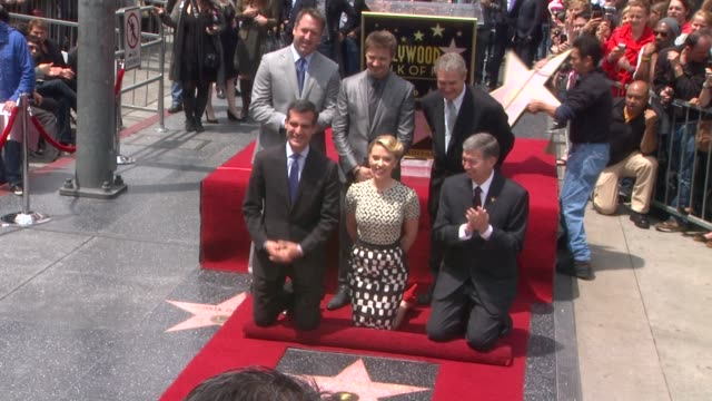 stockvideo's en b-roll-footage met scarlett johansson and jeremy renner at scarlett johansson honored with star on the hollywood walk of fame scarlett johansson and jeremy renner at... - hollywood walk of fame