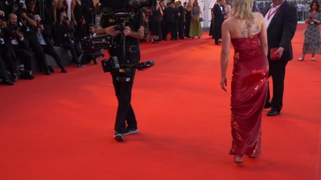 scarlett johansson at marriage story red carpet arrivals 76th venice film festival at palazzo del casino on august 29 2019 in venice italy - scarlett johansson video stock e b–roll