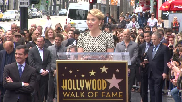 stockvideo's en b-roll-footage met scarlett johansson on being honored with a star on the walk of fame at scarlett johansson honored with star on the hollywood walk of fame speech... - hollywood walk of fame