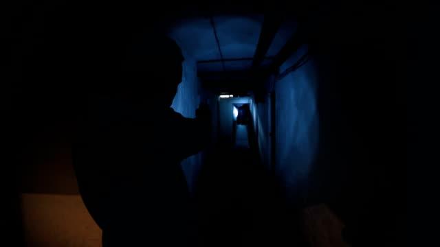 地下室に怖い幽霊 - 幽霊点の映像素材/bロール