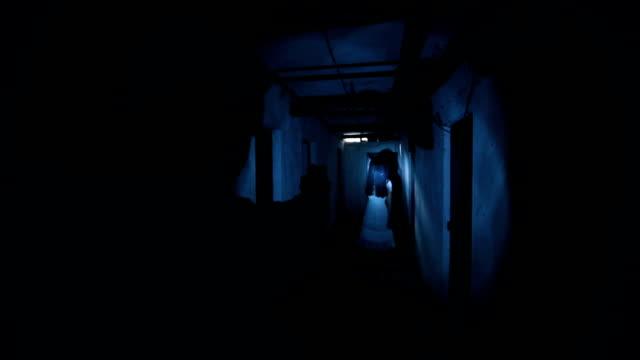 vídeos de stock, filmes e b-roll de fantasma assustador no porão - lanterna elétrica