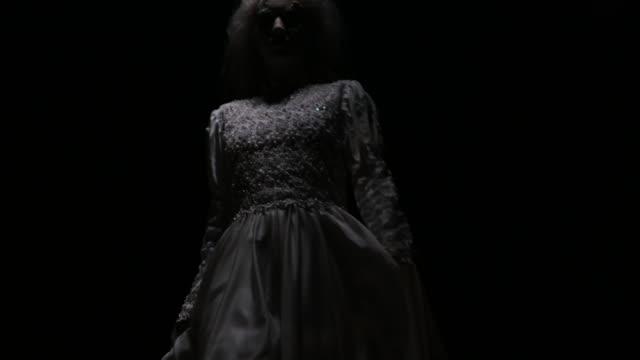 vídeos y material grabado en eventos de stock de bruja de miedo en el bosque oscuro - maldad