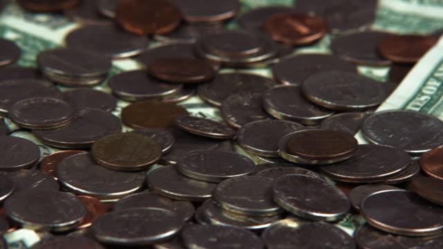 stockvideo's en b-roll-footage met scattered american coins and bills. - amerikaanse munt