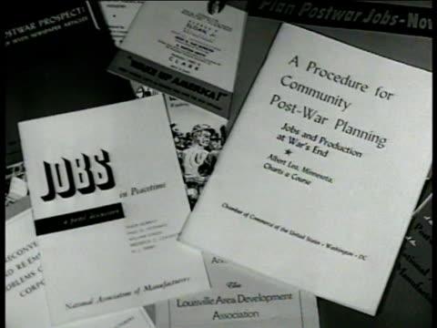 vidéos et rushes de scattered booklets pamphlets of 'procedure for community postwar planning jobs' cu 'jobs in peacetime' cu 'jobs production at war's end by albert lea... - après guerre