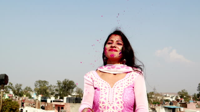 vídeos de stock, filmes e b-roll de cores de espalhamento no festival de holi - povo indiano
