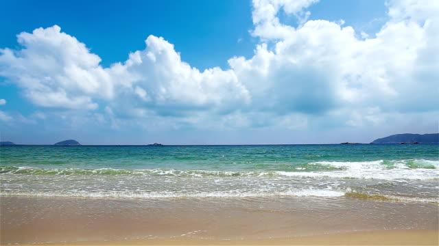 En scen på stranden snabb molnet och lugnt hav