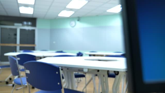 szene dolly aufnahme von interior leere klassenzimmer in der universität - unbeschrieben stock-videos und b-roll-filmmaterial
