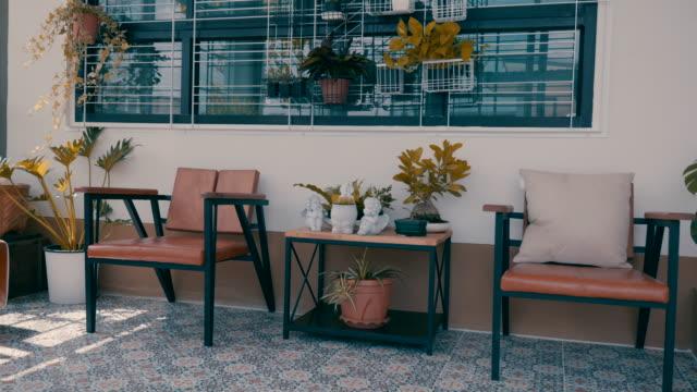 vidéos et rushes de scène dolly tir de la maison moderne intérieure avec le petit jardin, relaxation dans le petit jardin à la serre - travelling sur chariot