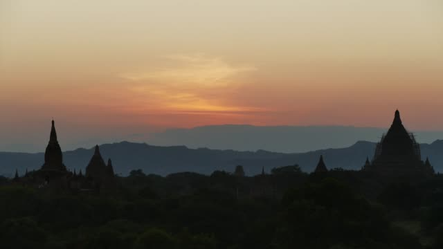 vídeos y material grabado en eventos de stock de scene from bagan myanmar south east asia sunrise sunset clips - pagoda templo