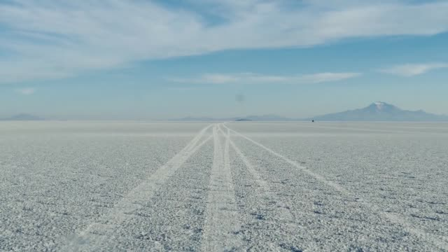 vídeos y material grabado en eventos de stock de scene from boliva south america slow  motion of truck journey through the salt flats - pasear en coche sin destino
