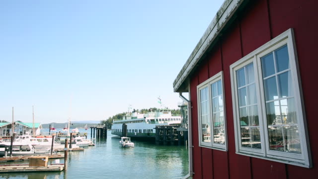 vídeos y material grabado en eventos de stock de a scene from downtown friday harbor with a ferry boat exiting the terminal onto the puget sound. - estrecho de puget