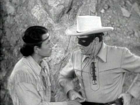 vídeos y material grabado en eventos de stock de 1949 b/w montage scene from the classic television series, 'the lone ranger' featuring the lone ranger (clayton moore) and his sidekick tonto (jay silverheels) talking / united states / audio - vaqueros