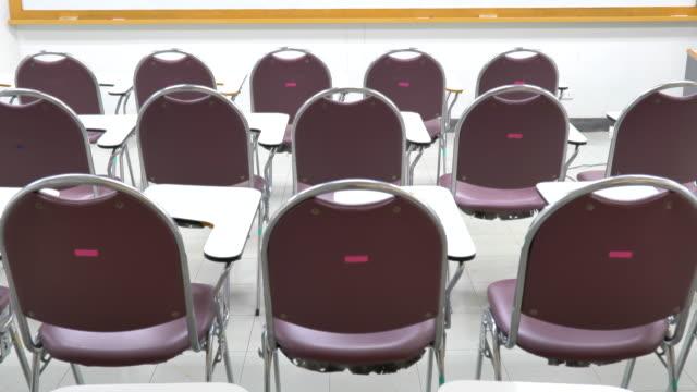 大学の空の教室のシーンインテリア