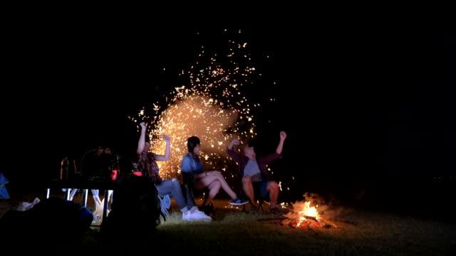 szene der gruppen-teenager asiatisch und verbringen zeit mit einem picknick in den sommerferien. sie sind glücklich und haben spaß im urlaub, entspannung moment - lagerfeuer stock-videos und b-roll-filmmaterial