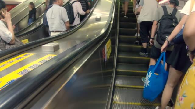 stockvideo's en b-roll-footage met scène van metro passagiers verlaat een metro wagon en gebruik roltrappen op het perron van het station in taipei, taiwan - metro platform