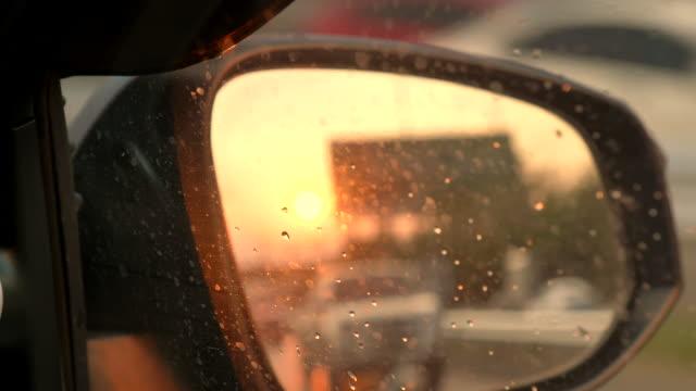 vídeos y material grabado en eventos de stock de escena de la luz del atardecer en el espejo lateral - retrovisor exterior