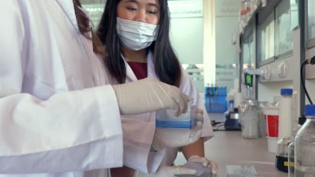 Scène van twee wetenschappers te kijken naar het eiwit gel in laboratorium, concept wetenschap en technologie laboratorium, scientis werken in het laboratorium