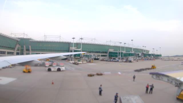 飛行機の窓の外の眺めのシーン、飛行機は空港からの離陸の準備 - 北ホラント州点の映像素材/bロール