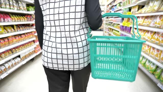 vidéos et rushes de mouvement lent de scène du magasinage asiatique de jeune femme dans le supermarché, concept du mode de vie dans la ville - étude de marché