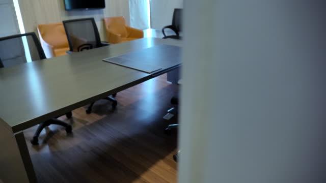 vídeos y material grabado en eventos de stock de escena cámara lenta de la sala de conferencias vacía con mesa y sillas ceo, primer plano de ceo oficinas vacías de negocios modernos, nadie trabajando en la oficina - suelo