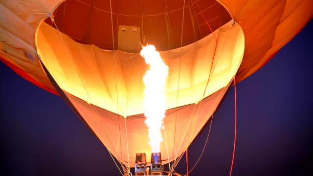 熱気球のシーンスローモーション、風船で火災が爆発 - 飛行船点の映像素材/bロール