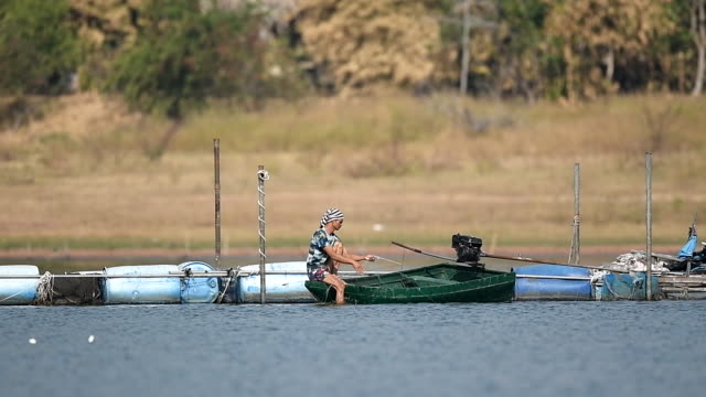 vidéos et rushes de mouvement lent de scène des modes de vie locaux des pêcheurs travaillant le matin - bateau de pêche