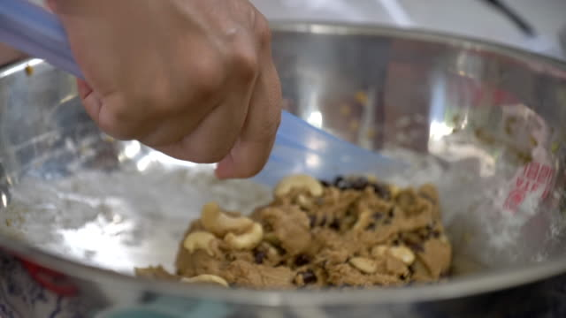 vídeos y material grabado en eventos de stock de escena cámara lenta de mezclar harina con mantequilla, cocina casera fresca, hacer galletas en casa - rebozado
