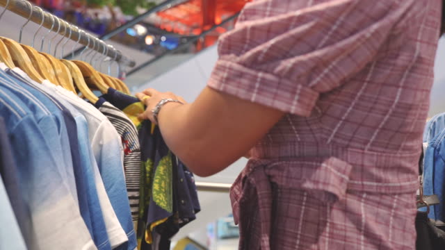 vídeos de stock e filmes b-roll de scene slow motion of young asian woman shopping in clothing store at shopping mall, concept of holiday end of week, lifestyle of asian woman - coleta seletiva