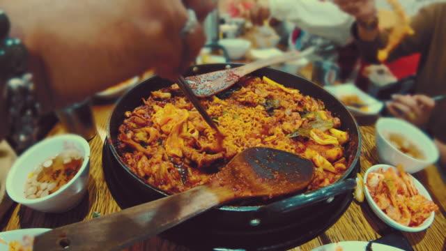 vídeos y material grabado en eventos de stock de lapso de tiempo de escena de la cocina a mano dak galbi comida coreana en el restaurante - comida coreana