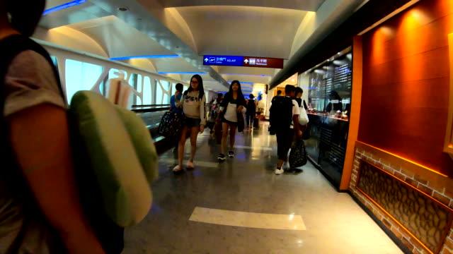 vídeos de stock e filmes b-roll de scene time lapse of traveler crowd at airport departure boarding hall , concept of transportation and travel - trabalhadora de colarinho branco