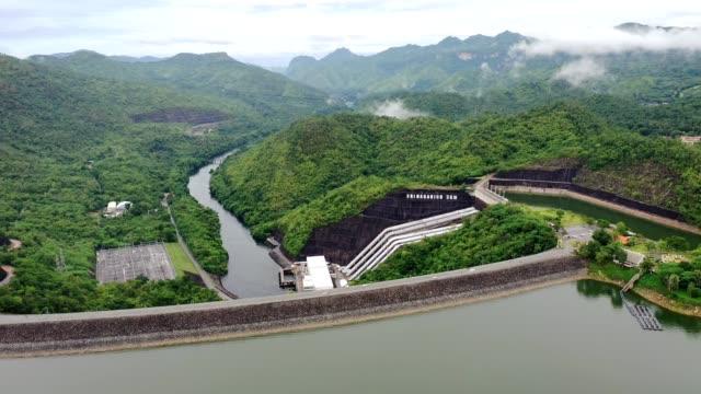 landskap av fördämning i tropisk regnskog med vattenkraftverk i nationalpark - hydroelektrisk kraft bildbanksvideor och videomaterial från bakom kulisserna