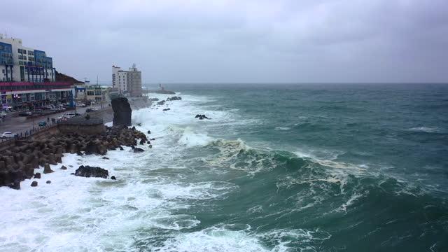 vidéos et rushes de scenery of sea nearby mukhohang port / donghae-si, gangwon-do, south korea - mauvais présage