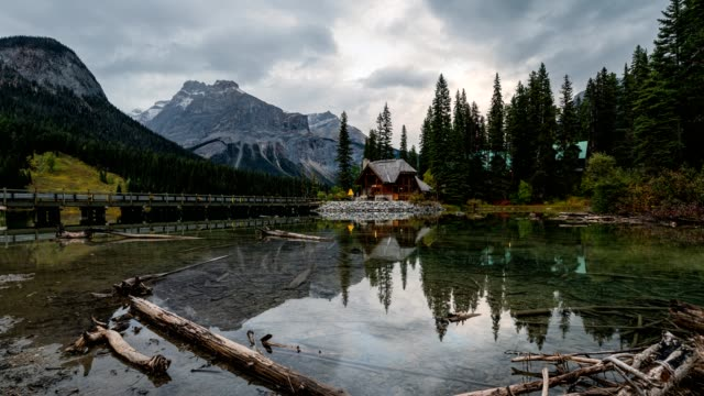 scenery of wooden logde on emerald lake in yoho national park, canada - banff stock videos & royalty-free footage