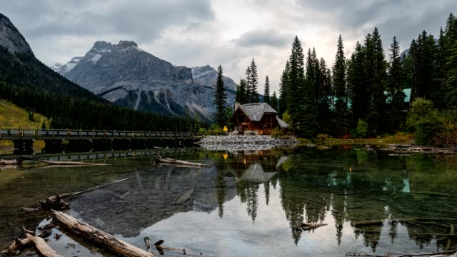 scenery of wooden logde on emerald lake in yoho national park, canada - capanna di legno video stock e b–roll