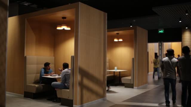 vídeos y material grabado en eventos de stock de scenes from amazon.com inc. office campus, hyderabad, telangana, hyderabad, india on friday, september 6, 2019. - pausa del café