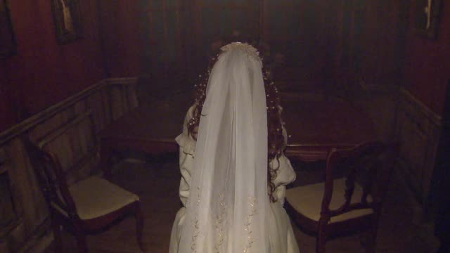 vídeos de stock, filmes e b-roll de wgn scenes from an interactive haunted house that tells the story of hh holmes america's first serial killer actress screaming in haunted house on... - papel em casamento