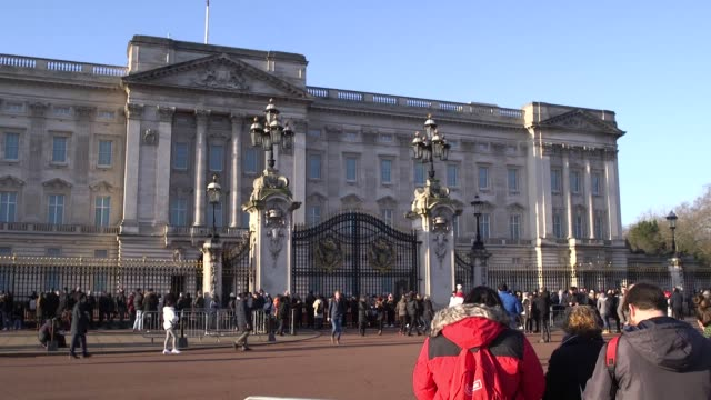scenes from buckingham palace and interviews with members of the public after the duke and duchess of sussex announced that they will give up their... - vox populi stock-videos und b-roll-filmmaterial