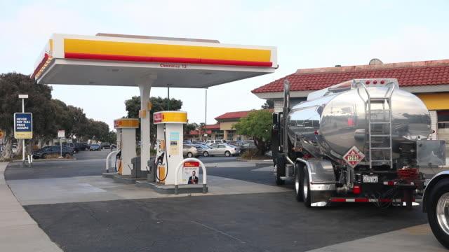 scenes from royal dutch shell plc gas station redondo beach california us on sunday july 28 2019 - tankstelle stock-videos und b-roll-filmmaterial