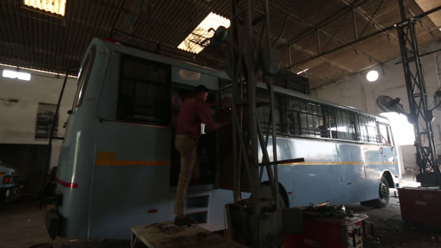vídeos de stock, filmes e b-roll de scenes from workshop of laggar industries during customizing armored vehicles jalandhar punjab india on monday april 29 2019 - à prova de balas