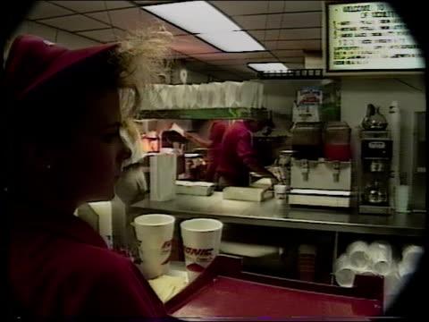 vidéos et rushes de scenes inside a sonic fast food kitchen - fast food