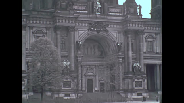 vídeos y material grabado en eventos de stock de scenes of berlin germany prior to wwii - berlin cathedral / neptune fountain / column of victory / the reichstag / formal gardens - 1930 1939