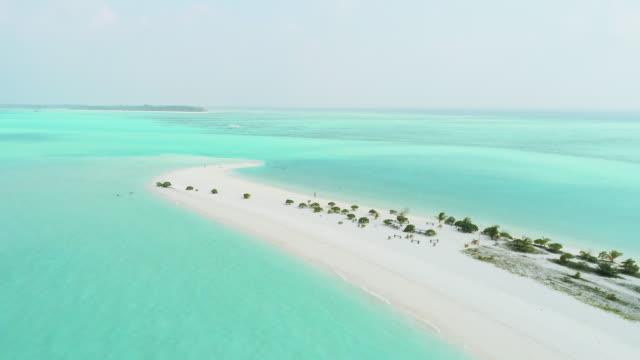 vidéos et rushes de scenic ws vista aérea idyllique tropicale plage ensoleillée et océan, maldives - 30 secondes et plus