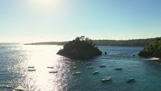 vídeos y material grabado en eventos de stock de vista aérea panorámica de una gran cantidad de barcos en la costa en nusa penida - cultura indonesia