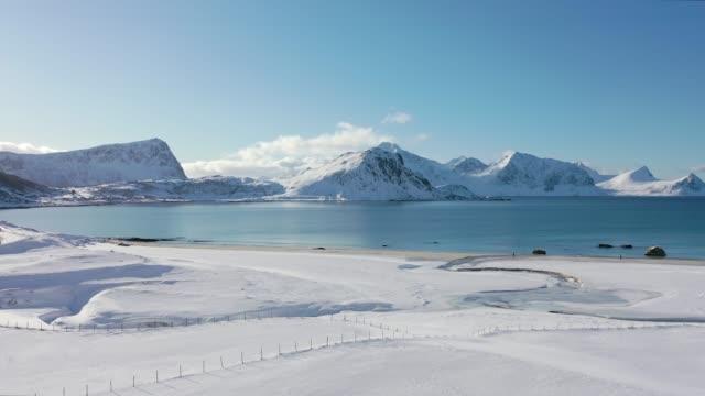 冬のロフォーテン諸島のビーチの風光明媚な空中写真 - snowcapped mountain点の映像素材/bロール