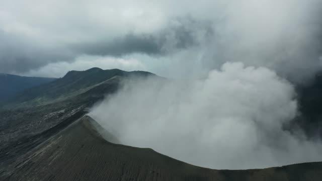 vídeos y material grabado en eventos de stock de vista aérea panorámica del volcán bromo en erupción - caldera cráter