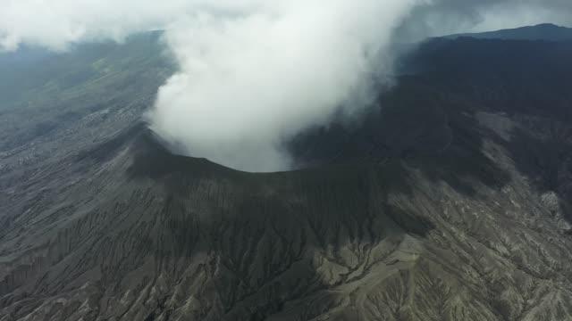 vidéos et rushes de vue aérienne scénique du volcan de bromo en éruption - volcan